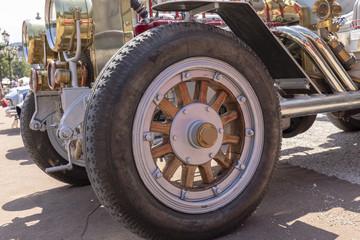 Detailaufnahme vom Oldtimer Reifen mit Holzfelge