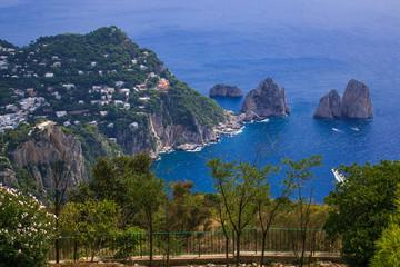 Balcone panoramico sui faraglioni dell'isola di Capri in Campania, Italia