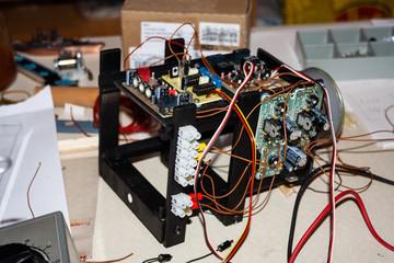 Steuergerät für Modellbau mit elektrischen Bauteilen und Kabel