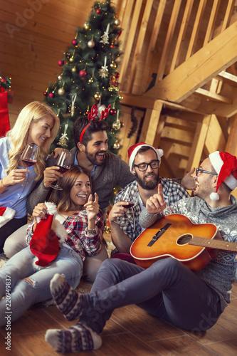 Fotos Cena Navidad Frinsa.Friends Playing Christmas Songs On The Guitar Stock Photo