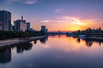 Frankfurter Skyline bei Sonnenaufgang über dem Main, Blick auf das Bankenviertel  - Sonnenaufgang in Pastellfarben