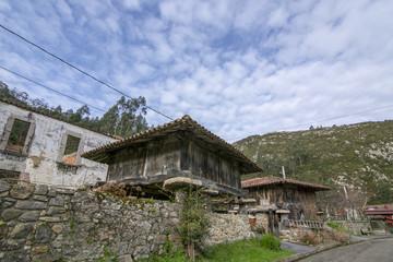 horreos, graneros típicos de Asturias en el norte de España
