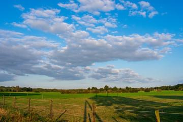 Ländliches Gebiet mit blauem Wolkenhimmel. Standort: Deutschland, Nordrhein - Westfalen, Borken