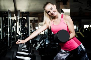 Junge Frau im Fitness-Studio, Training mit Hanteln