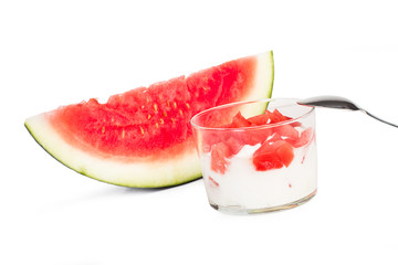 Yogurt y sandía sobre fondo blanco