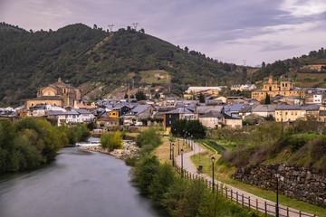 Villafranca del Bierzo - Das spanische Dorf liegt auf dem Jakobsweg - Blick auf das Zentrum und den Fluss Rio Burbia und Valcarce