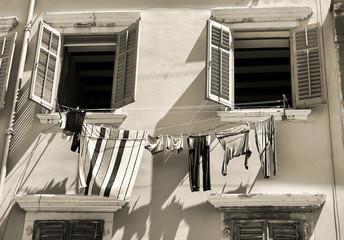 Gebäude mit Wäscheleine in der Altstadt von Rovinj in Kroatien