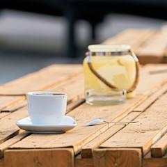 Kaffeetasse auf dem Tisch einer Strandbar in Magdeburg