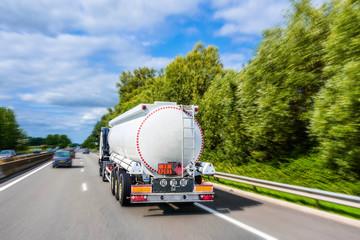 """camion citerne sur l""""autoroute"""
