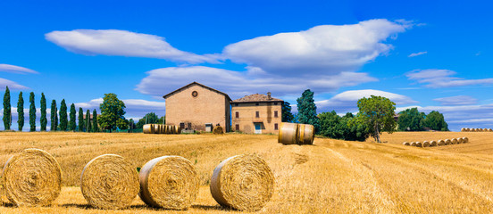 Fotorolgordijn Toscane Beautiful countryside landscape with hay rolls and farm houses in Tuscany. Italy