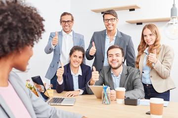 Start-Up Team mit Daumen nach oben