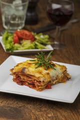 Portion Lasagne mit Rosmarin