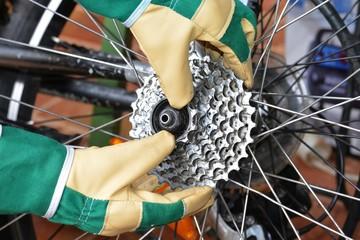Abnehmen einer Ritzel-Kassette an einer Fahrrad-Hinterfelge durch Mechaniker