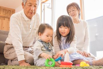 孫のお世話をするシニア夫婦
