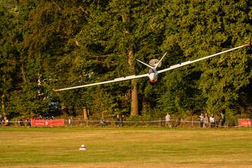 Segelflugzeug mit Bremsfallschirm zur Landung