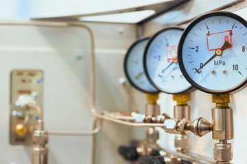 Mechanical pressure gauges.