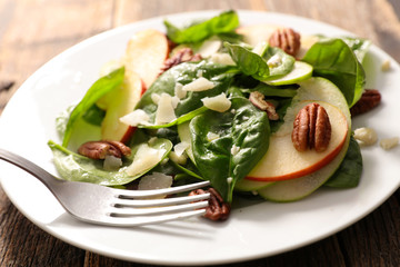 spinach, pecan and apple salad