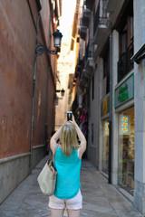Mujer haciendo fotos en las calles de Granada
