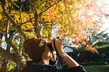 紅葉の写真を撮る人