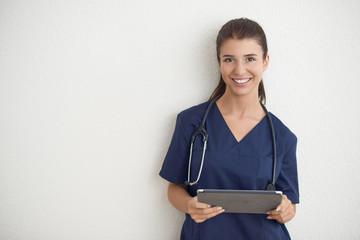 Junge Krankenschwester mit Tablet