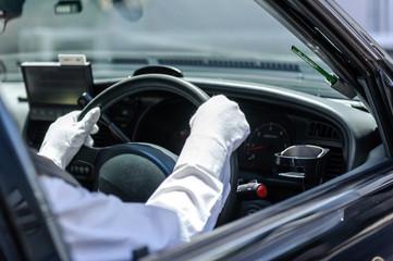ハンドルを握るタクシードライバー