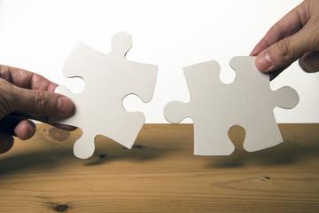 Puzzle und Hände