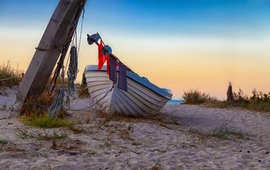 Fischerboot, Fischkutter, Boot, am Strand, blaue Stunde
