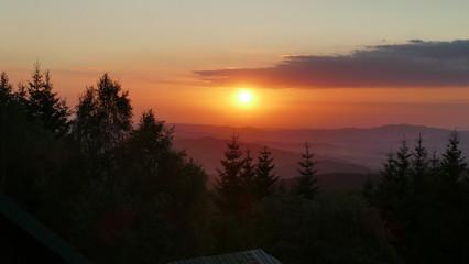 Okolice Kotliny Kłodzkiej. Choć kolor sugeruje zachód słońca, to był to jednak wschód. Wczesny ranek, po deszczu. - fototapety na wymiar