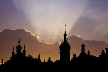Sylwetka starego miasta Krakowa o wschodzie lub zachodzie słońca - 221452817