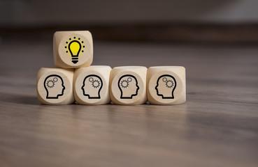 Würfel mit Idee Glühbirne Teamwork