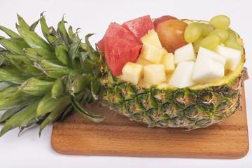 Фруктовое ассорти в ананасе на доске