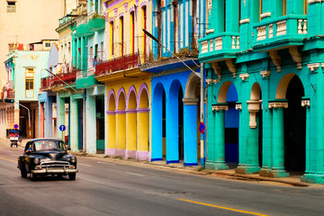 Spoed Fotobehang Havana Street scene with old classic car and colorful buildings in Havana