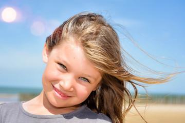 magnifique visage d'enfant au yeux verts