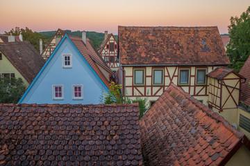 Morgendämmerung mit mittelalterlichen Häusern in Rothenburg ob der Tauber