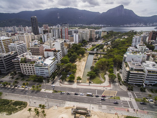 Aerial view of the Ipanema neighborhood (on the right) and Leblon and the Rodrigo de Freitas lagoon. The set of squares known as the Garden of Allah (or Garden of Allah)