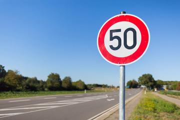 Straße mit 50er Schild