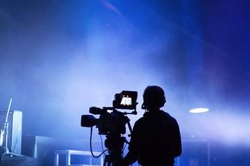 Sagoma di un cameraman durante un concerto. Sfondo blues