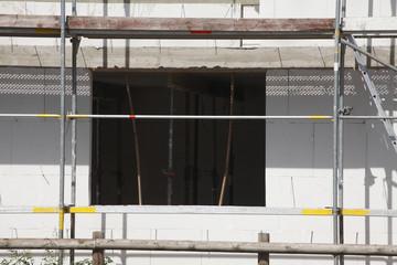 Fensteröffnung, Baugerüst, Hausfassade, Rohbau