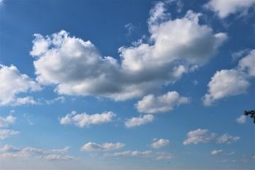 Felder - blauer Himmel - Wolken - Dorf