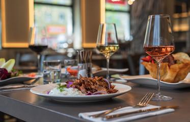 Griechisches Essen Gyros mit Zaziki auf einem Teller geschnitten und im Restaurant serviert