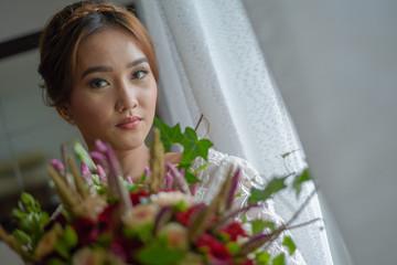 Novia con el bouquet mirado a la camara