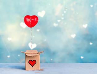 Geschenk mit roten Herz Ballon