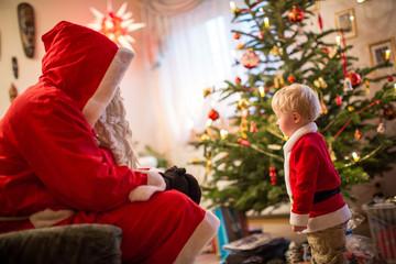 stolz vor dem Weihnachtsmann stehen