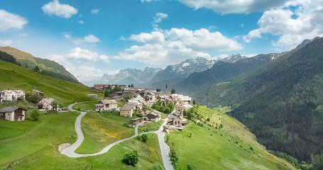Luftbild vom Dorf Guarda in der Gemeinde Scuol. im Hintergrund die Berge des Unterengadins Piz Pisco, Piz Ajüz.