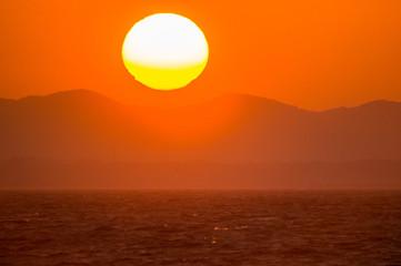 Foto op Aluminium Koraal 海の向こうに昇る太陽