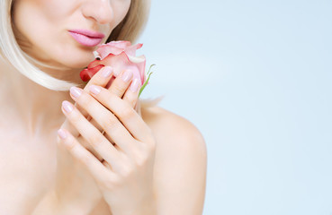 Frau mit perfekter Maniküre zeigt Hand und Fingernägel