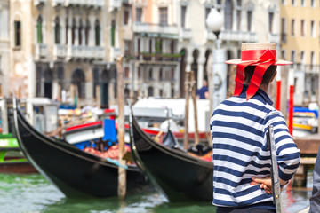 Türaufkleber Gondeln Gondolier standing next to gondola waiting for a client in Venice Italy