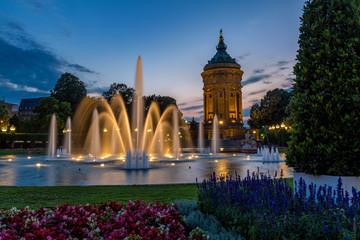 Mannheimer Wasserturm am Abend