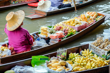 Damnoen Saduak floating market, The famous attractions of Ratchaburi. It is the most famous floating market in Thailand and is known for tourists around the world.