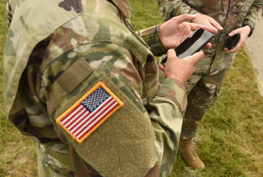 US soldiers use smartphones